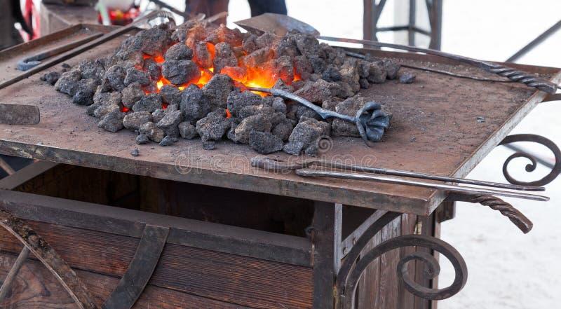 Ferreiro do artesão que aquece uma parte de ferro fotos de stock royalty free