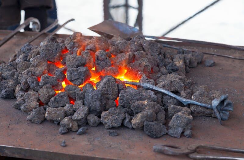 Ferreiro do artesão que aquece uma parte de ferro fotos de stock