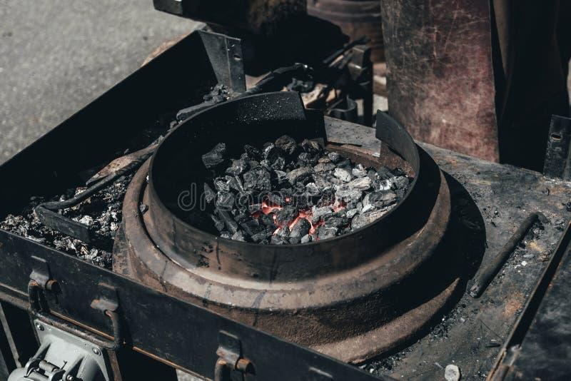 ferreiro remeslic carv?es para o nogrev do metal ao vermelho tenha a tonifica??o Close-up imagens de stock royalty free