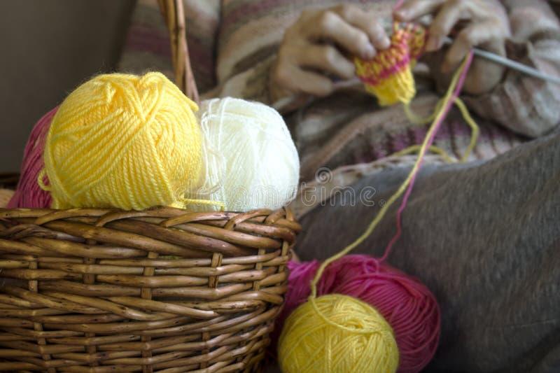 Ferri da maglia e un filo variopinto sulla tavola fotografia stock