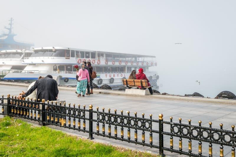 Ferries dans un jour brumeux dans Kadikoy, Istanbul, Turquie photographie stock