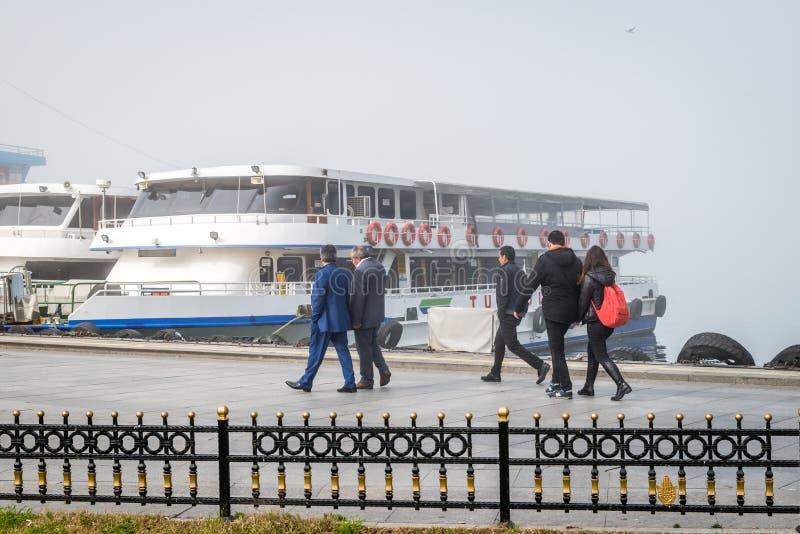 Ferries dans un jour brumeux dans Kadikoy, Istanbul, Turquie photos stock