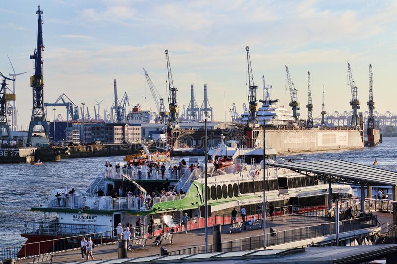 Ferries et grues dans le port de Hambourg (Allemagne) photo stock