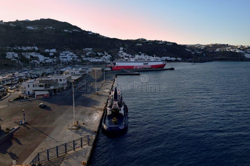 Ferries rapides Andros attendant sur sa prochaine cargaison photographie stock libre de droits