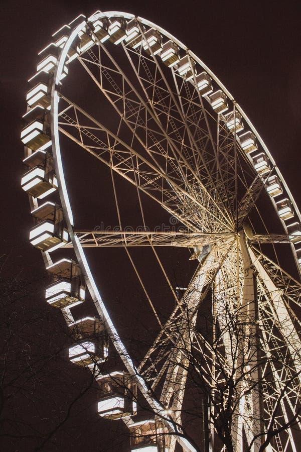 ferris осветили колесо ночи Праздничный круг в темном вечере Предпосылка привлекательности и утехи белизна принципиальной схемы и стоковое изображение rf
