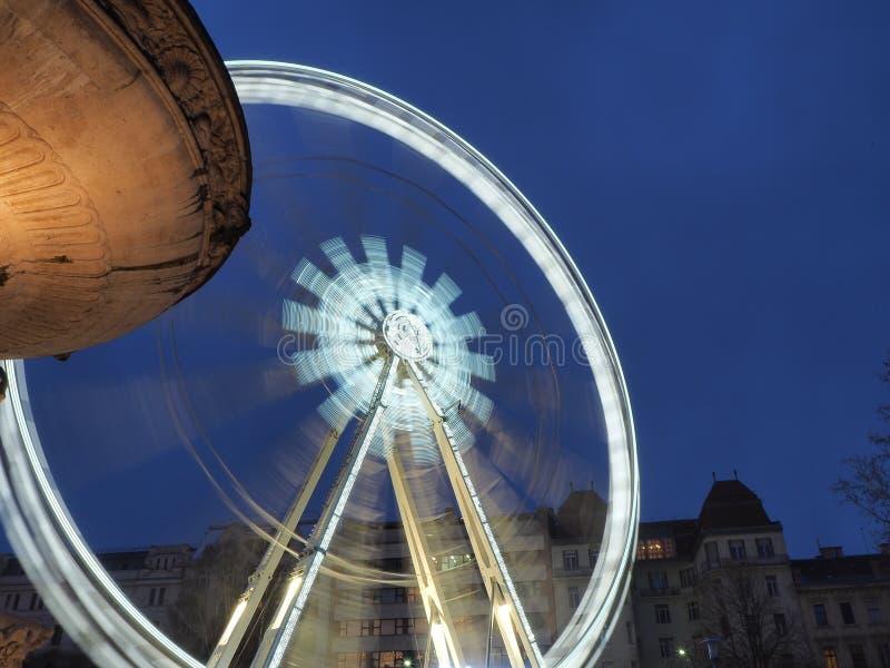 Βουδαπέστη, Ουγγαρία Η ρόδα Ferris που φωτίζεται στο λευκό το βράδυ στοκ εικόνες