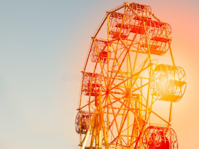 Ferris avec le parc d'attractions du soleil images stock