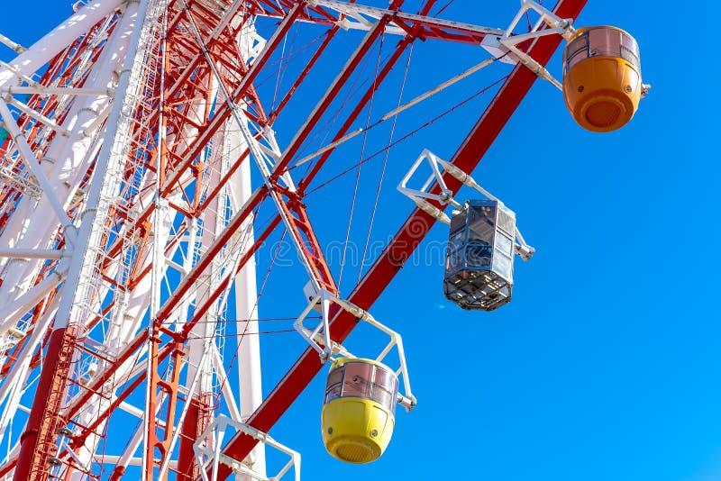 Ferris coloré roulent dedans le ciel bleu photographie stock