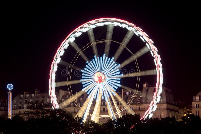 Ferris de giro roda dentro Paris na noite fotos de stock royalty free