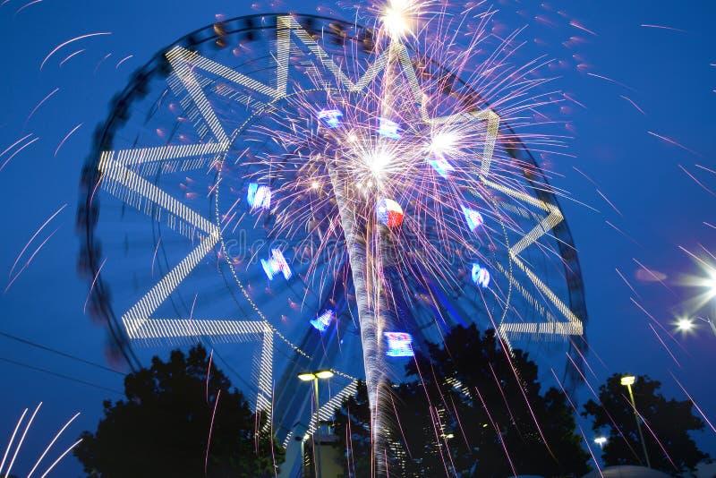 Ferris fajerwerki przy nocą i koło zdjęcie stock