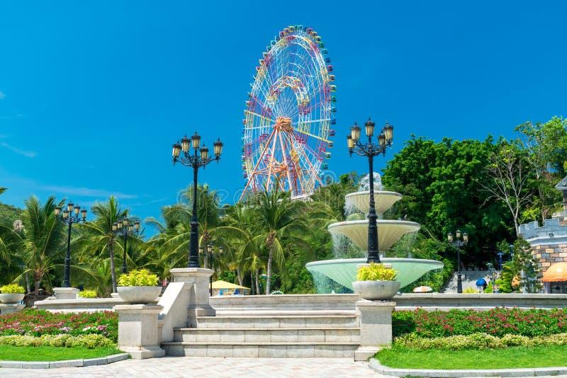 Ferris fontanna w parku rozrywkim z, koło i zdjęcie stock