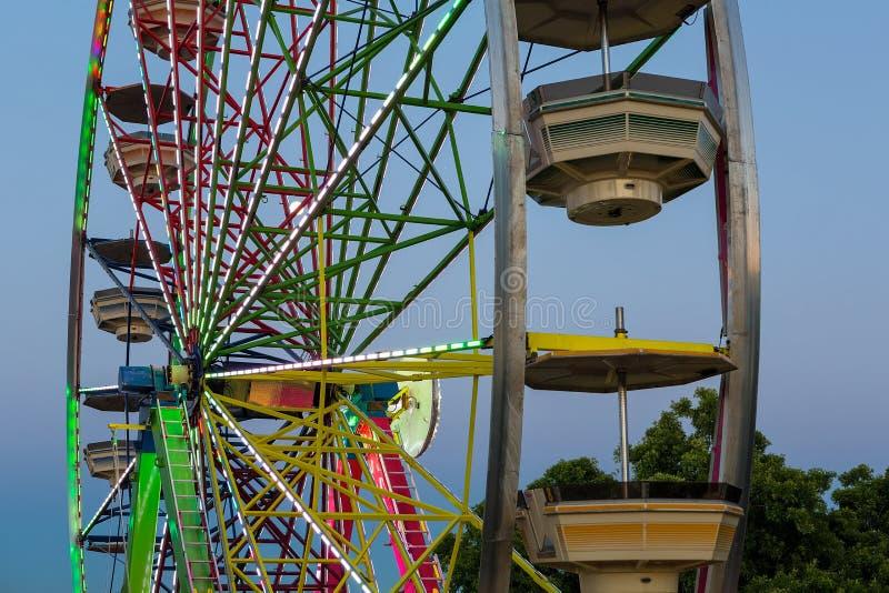 Ferris koła światła przy półmroku zbliżeniem obrazy stock