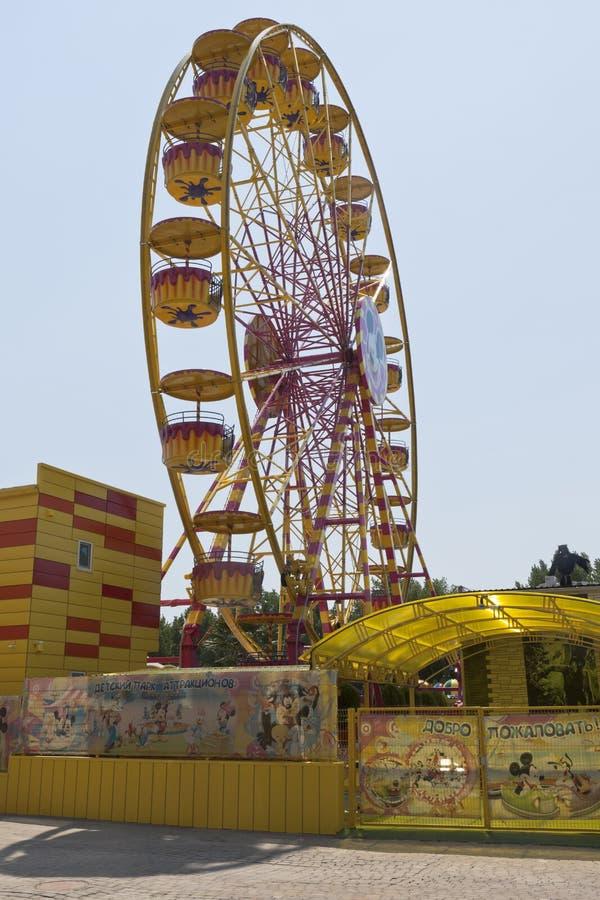 Ferris koła dzieci parka rozrywki ` wyspy Pogodny ` w kurort wiosce Dzhemete, Anapa zdjęcie stock
