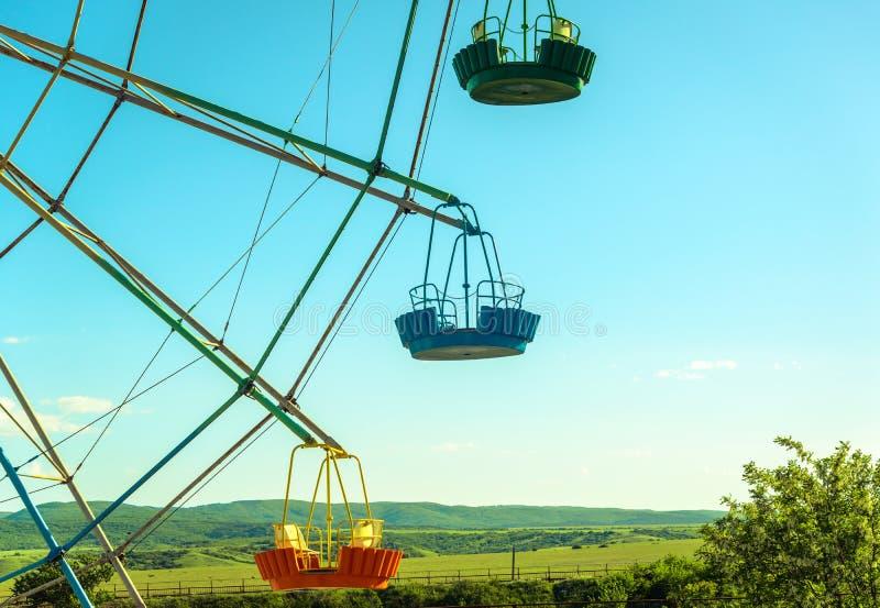 Ferris koła kabiny na w górę niebieskiego nieba tła obrazy royalty free