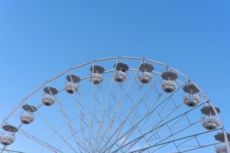 Ferris koła szczegół i jasny niebieskie niebo zdjęcia royalty free