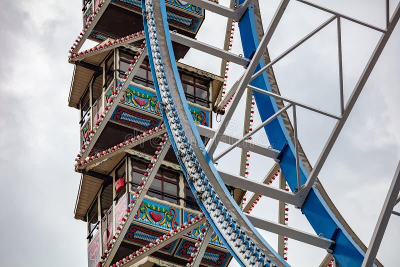 Ferris koła zbliżenia szczegółu widok na chmurnym niebie Oktoberfest, Bavaria, Niemcy zdjęcia stock