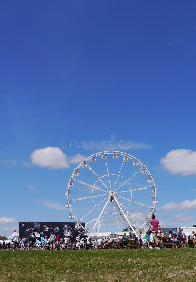 Ferris koło i kończący studia niebieskie niebo przy Goodwood festiwalem prędkość UK zdjęcie royalty free