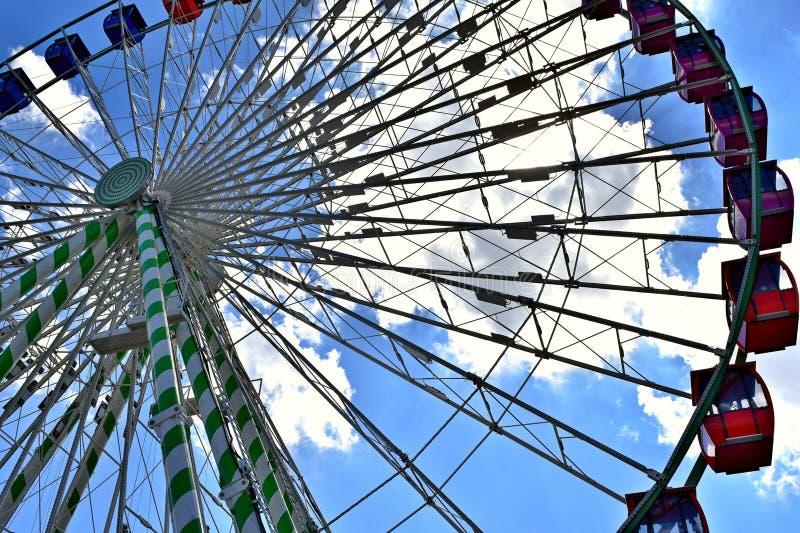 Ferris koło na midway, Oklahoma stanu iFair zdjęcia stock