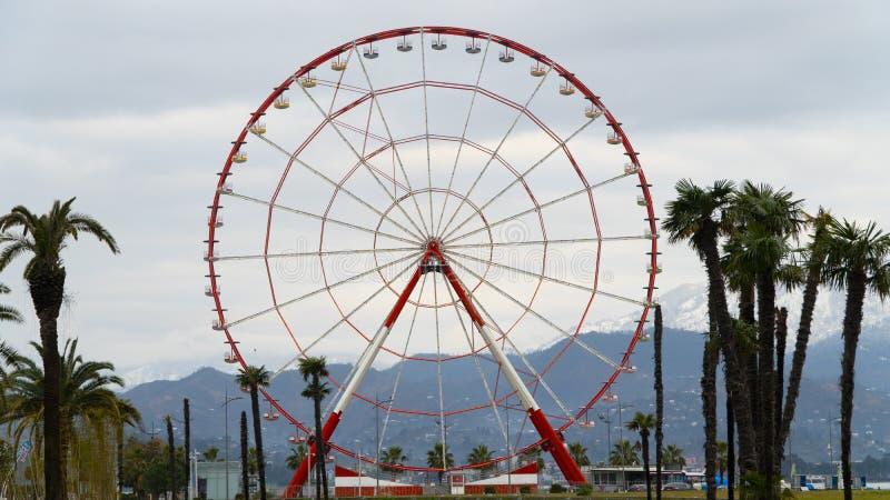 Ferris koło na wybrzeżu Czarny morze w Batumi na tle góry obraz stock