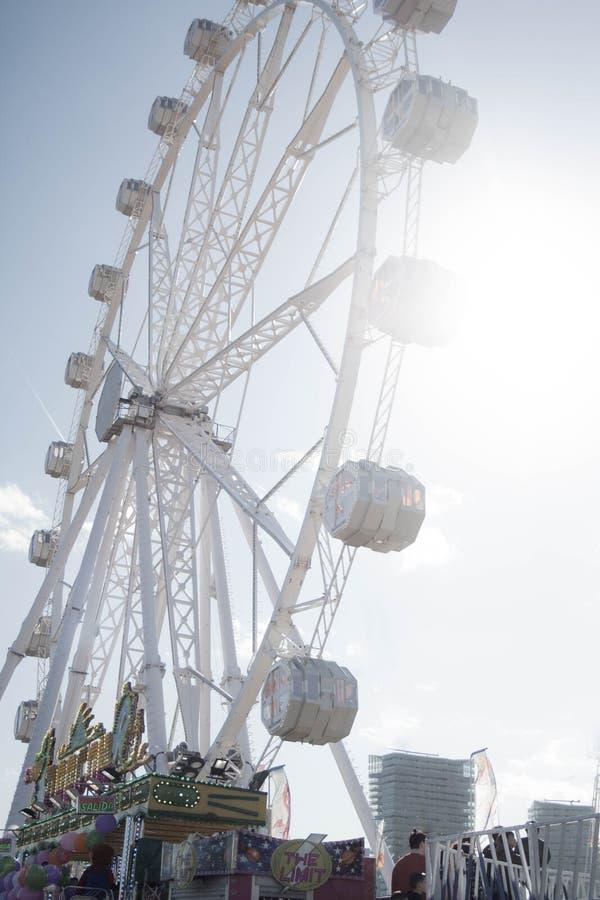 Ferris koło przy Kwietnia jarmarkiem obrazy stock