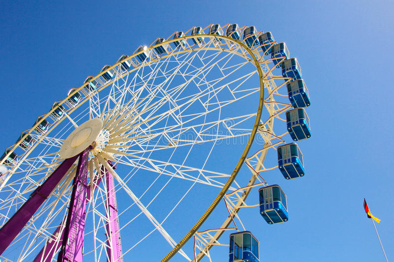 Ferris koło z błękitnymi kabinami w Niemcy obraz royalty free