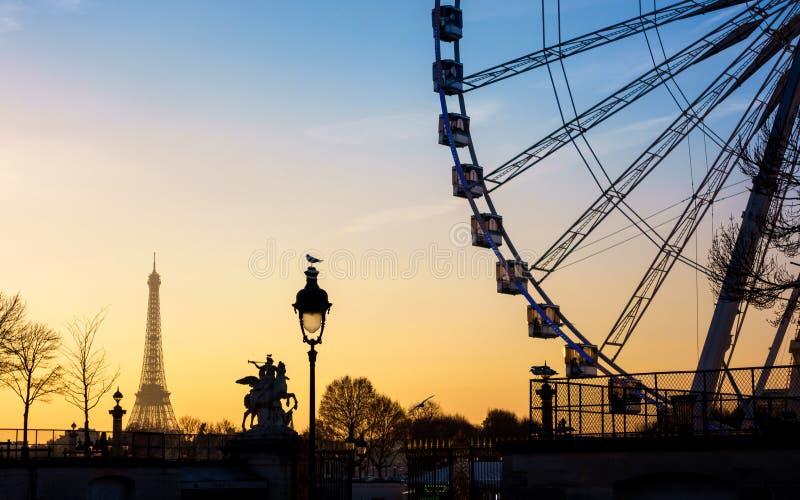 Ferris rijden en de Toren van Eiffel in Parijs royalty-vrije stock fotografie
