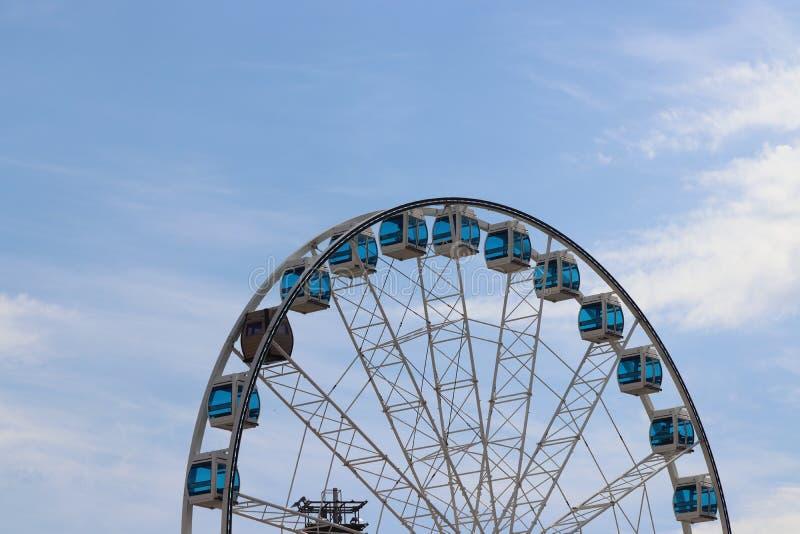 Ferris roda dentro Helsínquia no verão com sol fotos de stock