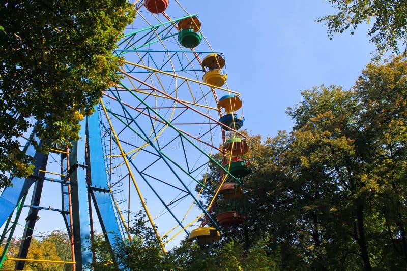 Ferris roda dentro o parque imagem de stock royalty free