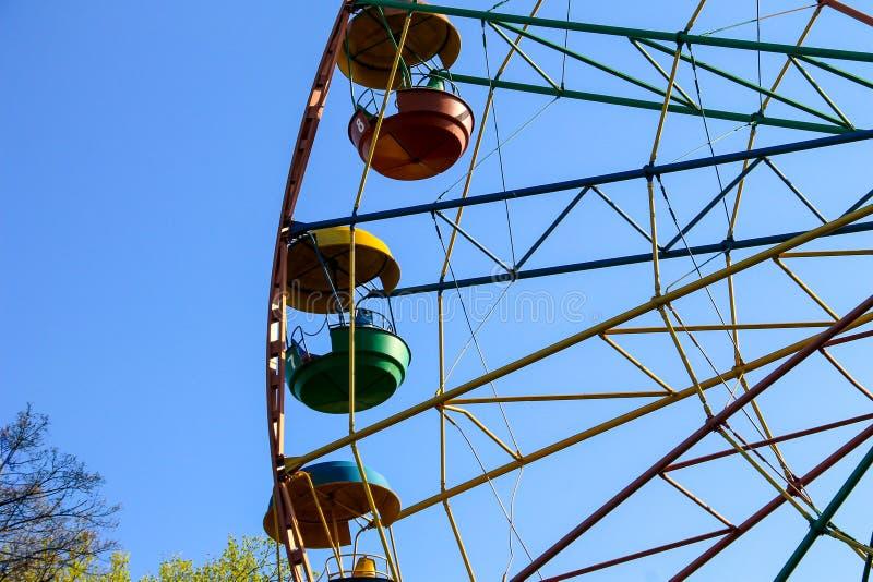 Ferris roda dentro o parque da cidade fotos de stock royalty free
