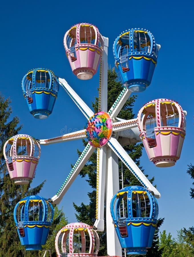 Ferris roda dentro o parque de diversões imagens de stock royalty free