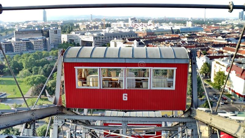 Ferris roda dentro o parque de diversões de Prater em Viena imagem de stock