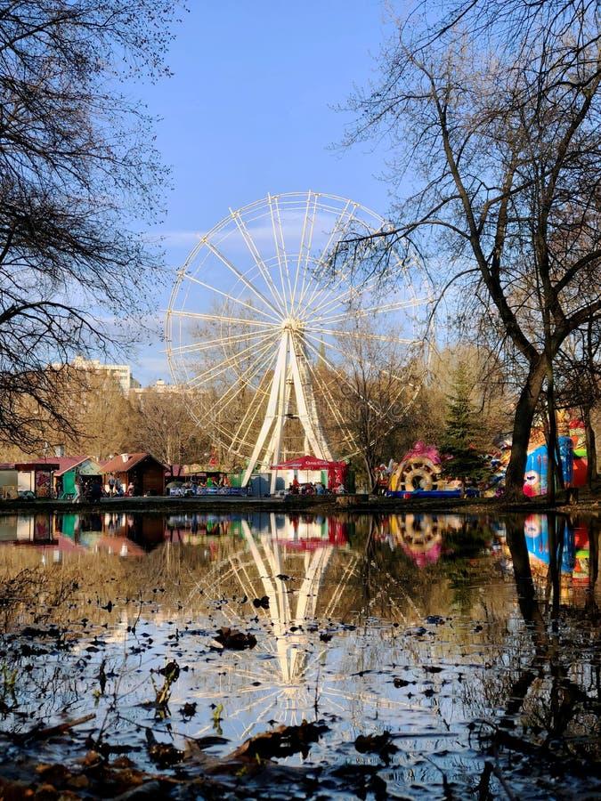 Ferris roda dentro o parque de Yuri Gagarin nomeado na cidade do Samara imagens de stock royalty free