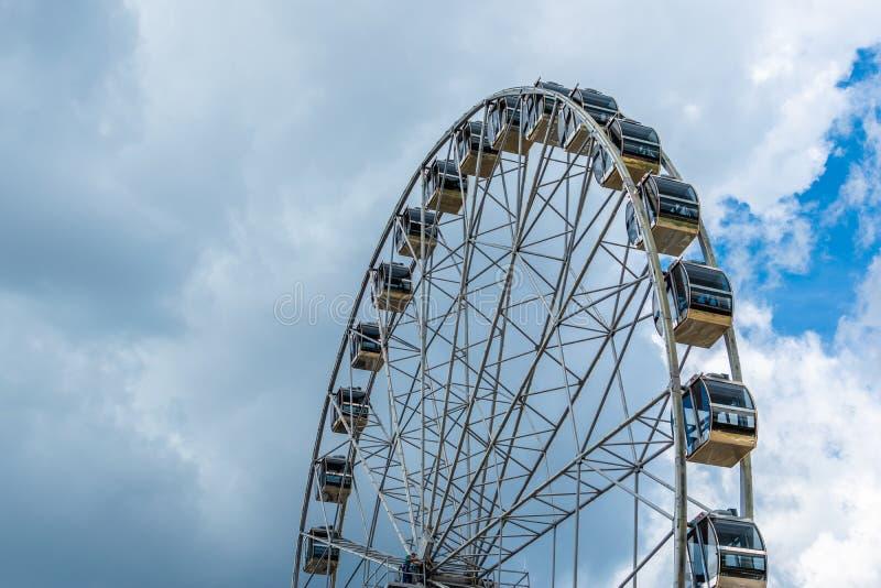 Ferris roda dentro a tarde contra o céu nebuloso fotos de stock