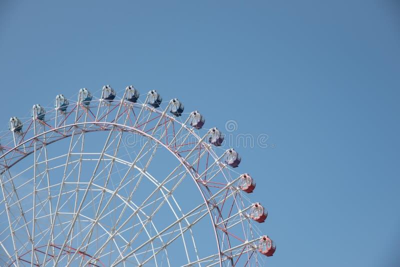 Ferris roda dentro um céu azul claro agradável com espaço para o texto fotos de stock