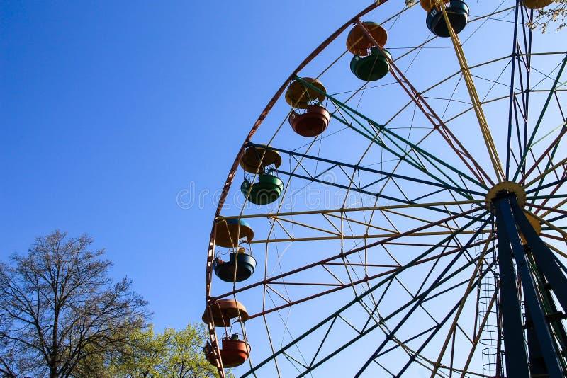 Ferris roda dentro um parque da cidade imagem de stock royalty free