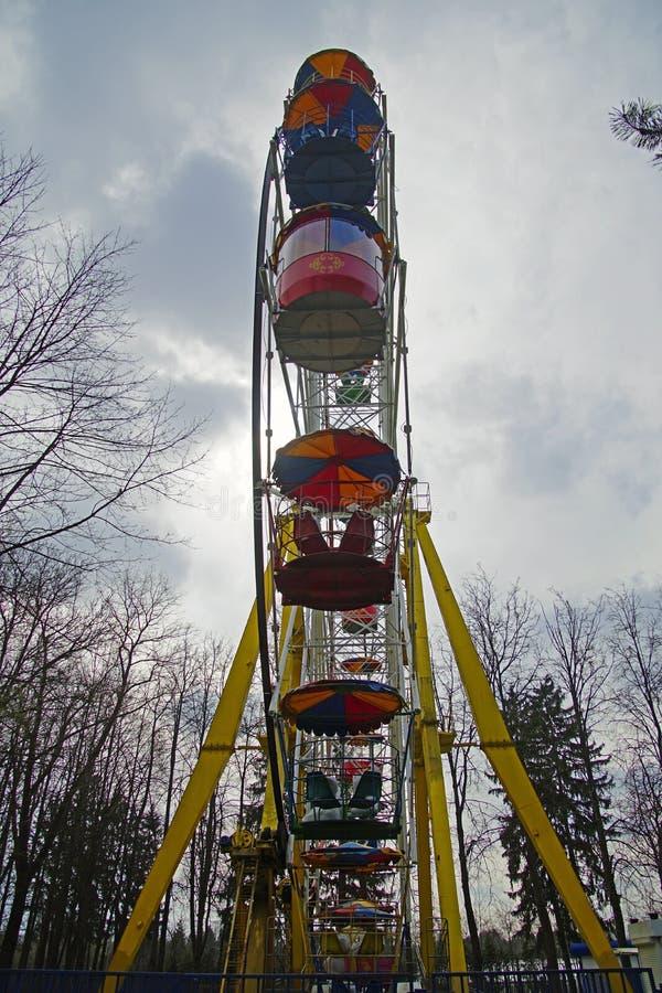 Ferris roda dentro um parque da cidade Na v?spera da temporada de ver?o antes da abertura de atra??es do entretenimento fotos de stock royalty free