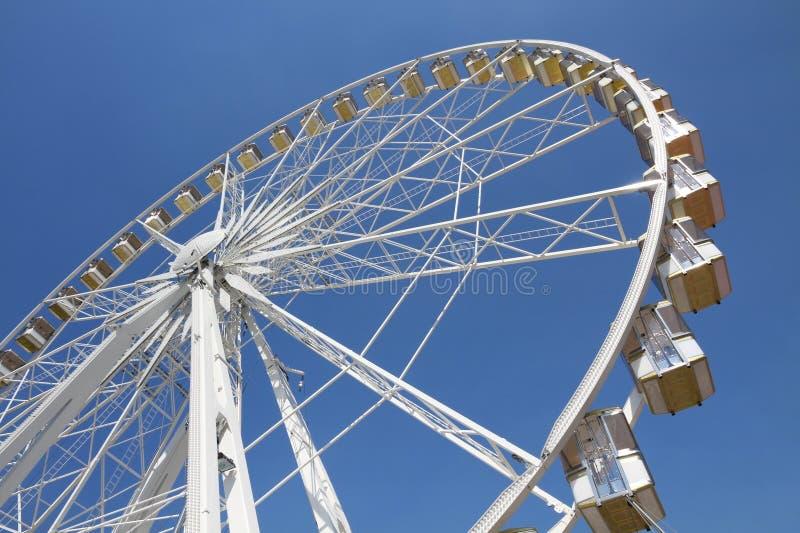 Ferris roda dentro um parque de diversões imagem de stock