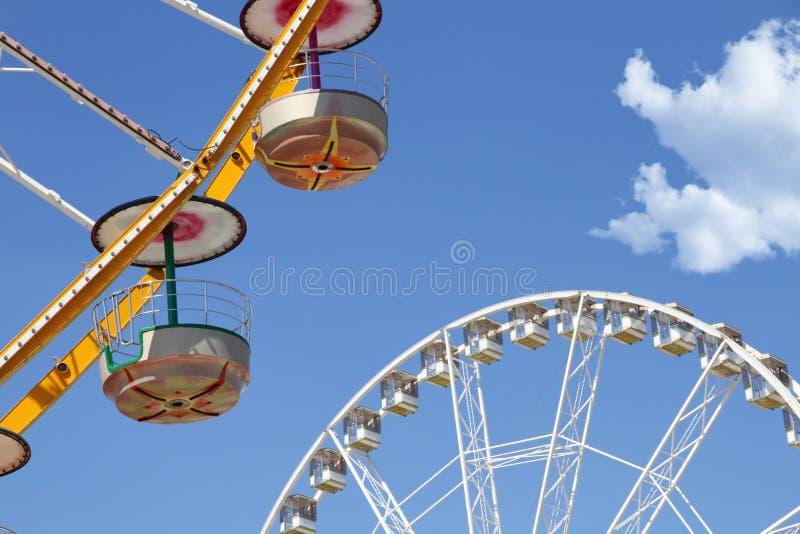 Ferris roda dentro um parque de diversões imagem de stock royalty free