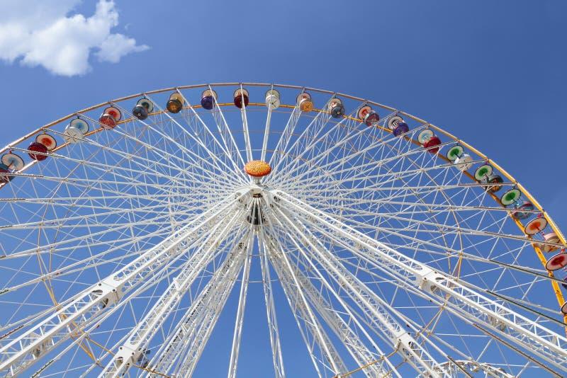 Ferris roda dentro um parque de diversões fotos de stock