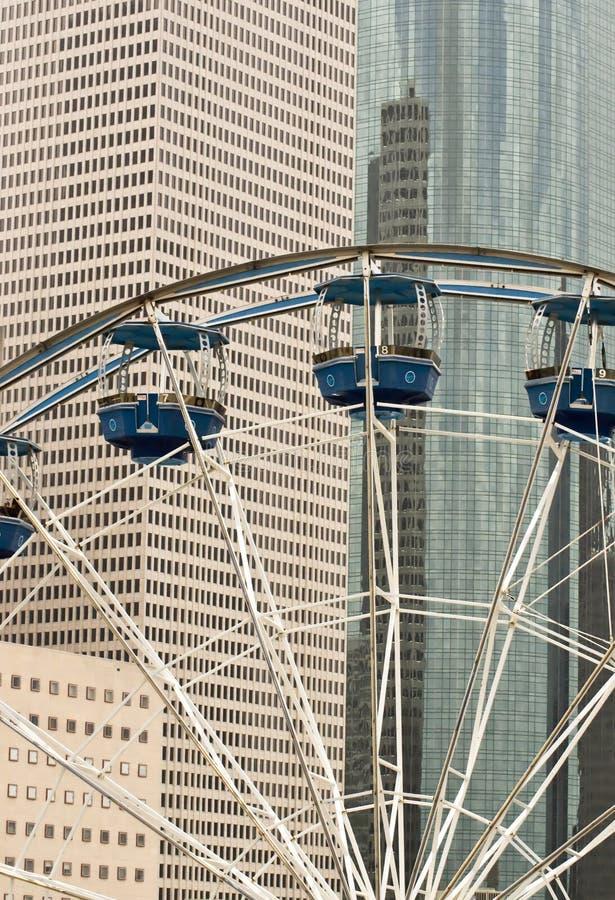 Ferris roulent dedans la ville image libre de droits