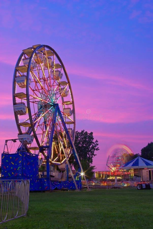 Ferris rueda adentro crepúsculo fotos de archivo