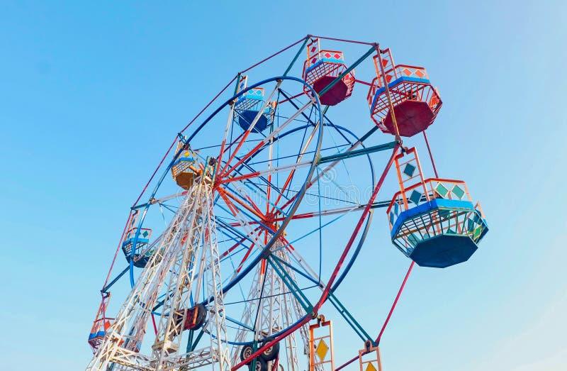 Ferris rueda adentro el parque de atracciones imagen de archivo libre de regalías
