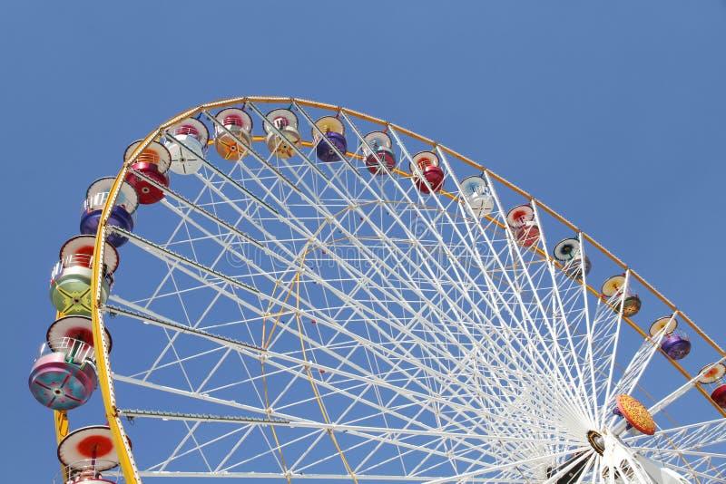 Ferris spinge dentro un parco di divertimenti immagini stock