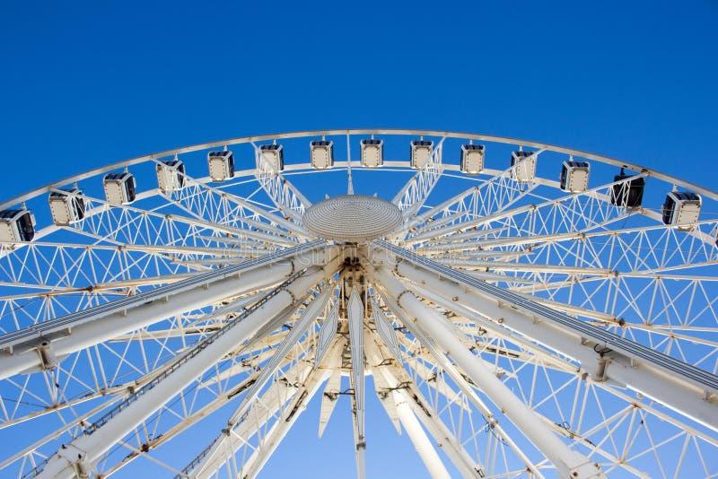 Ferris Toczy wewnątrz Brighton na niebieskim niebie obraz stock