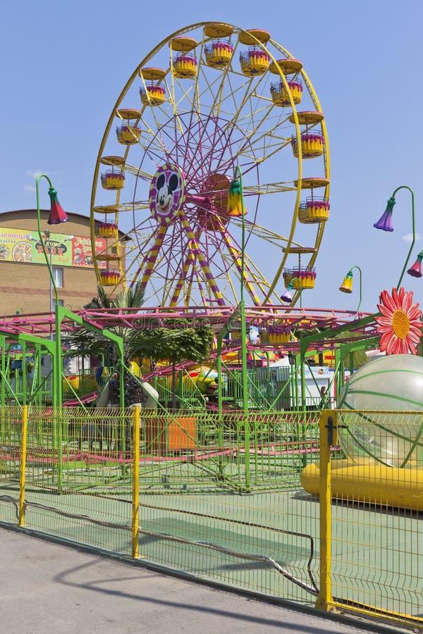 Ferris toczy wewnątrz parka rozrywki ` wyspy Pogodnego ` w wiosce Dzhemete, Anapa fotografia royalty free
