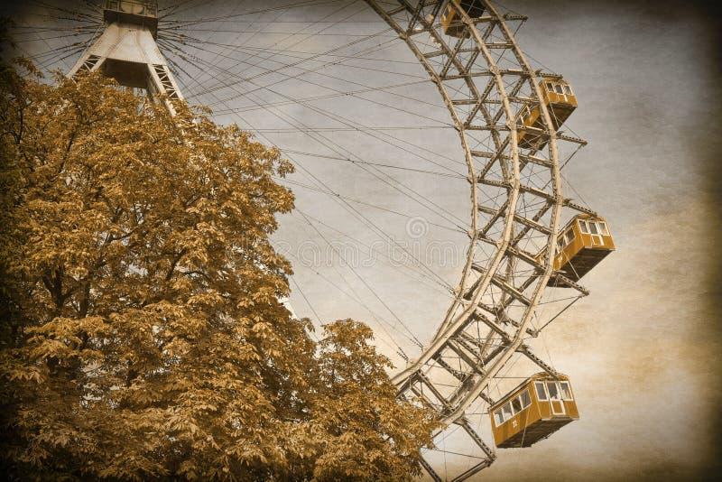 Ferris Toczy wewnątrz Wien rocznik i Retro fot przeciw niebieskiemu niebu - fotografia royalty free