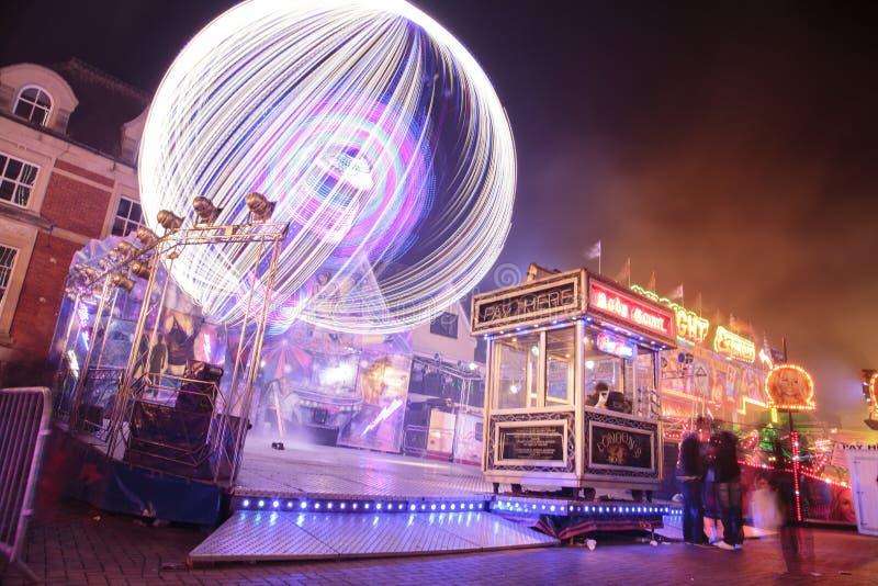 Ferris Whee und Besucher, die durch Spaß-Messe in Banbury gehen stockbild