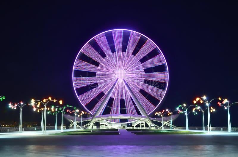 Ferris Wheel à Bakou sur le rivage de la Mer Caspienne, la nuit avec des lumières photo stock