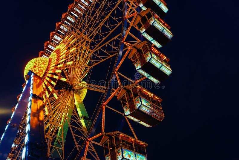 Ferris Wheel auf Nachtweihnachtsmarkt an der Stadt Hall Berlin stockbilder