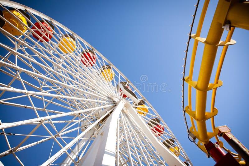 Ferris Wheel & berg-och dalbana arkivfoton